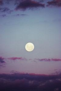 pleine lune ciel pourpre